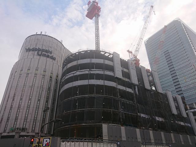 """<p>少し曇っていましたが、近くを通りましたので撮ってみました。</p> <p>(仮称)ヨドバシ梅田タワーは、ヨドバシ梅田の隣接地に建設中。</p> <p>35階建ての複合ビルになり、19年冬に開業予定。</p> <p>1~8階が商業施設、9~35階はホテル(阪急阪神ホテルズ)。</p> <p>https://goo.gl/CiYhkw</p><div class=""""thumnail post_thumb""""><a href=""""https://goo.gl/CiYhkw""""><h3 class=""""sitetitle"""">ヨドバシ.com - ヨドバシ梅田一体開発「(仮称)ヨドバシ梅田タワー」ホテル計画の出店者を「株式会社阪急阪神ホテルズ」に決定いたしました</h3><p class=""""description""""></p></a></div> ()"""