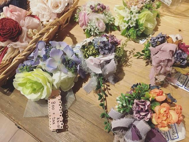 """<p>こんにちは。<br />ココチザッカです????<br /><br />作家さまより、卒業式、入学式にピッタリなコサージュが届きました♡<br /><br />ハンドメイドらしく、プリザやドライのお花を使ったコサージュがとっても可愛いです????????<br />控えめで可愛らしいデザインですので、コサージュが主張し過ぎず使いやすいと思いますよ????<br />ド派手なコサージュが苦手な方にもオススメです!<br /><br />是非、手に取ってご覧ください。<br /><br /><br /><br />お取り置き、郵送も可能です。<br />お問い合わせは、メールまたはお電話で受け付けております。<br /><br />本日も素敵なハンドメイド作品と共に皆様のご来店をお待ちしております。<br /><br /><br /><br /><br />◇◆◇ココチザッカ◇◆◇<br />奈良県香芝市狐井613<br />open:10:00-18:00<br />close:木曜・第三水曜<br />tel:0745-44-8275<br />mail:cocochizakka@gmail.com</p><div class=""""thumnail post_thumb""""><a href=""""""""><h3 class=""""sitetitle""""></h3><p class=""""description""""></p></a></div> ()"""