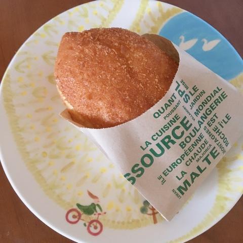 <p>栗東駅近くのパン屋「かんしゃ堂」の近江牛カレーパン。</p> <p>ちょうど出来立てを買えました。</p> <p>カレーパンもお勧めですが、たまごサンドも美味しいです。</p> ()