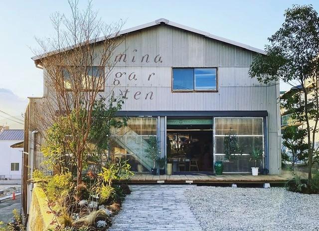 "<div>「minagarten(ミナガルテン)」10/16第一期オープン</div> <div>2Fシェアキッチン&レンタルスタジオが先行オープン。</div> <div>美容院、民泊ルーム、カフェ&ベーカリー、緑豊かな住宅地と、</div> <div>来夏までに段階的に開業予定...</div> <div>https://minagarten.jp/</div> <div>https://www.instagram.com/minagarten.jp/</div> <div> <blockquote class=""twitter-tweet""> <p lang=""ja"" dir=""ltr"">今年10月、シェアキッチン&ガーデンが先行オープン予定✨料理教室、大人の部活、作家さんの展示会や、貸切パーティーなども🎉キッチン直結の裏庭から採取したハーブや野菜を使ったスープやお菓子づくりなんかも楽しそう🌿(写真はリノベーション前のものです) <a href=""https://t.co/53hVy1etfb"">pic.twitter.com/53hVy1etfb</a></p> — 谷口千春🌿minagarten(ミナガルテン)代表 (@minagarten) <a href=""https://twitter.com/minagarten/status/1282356523256053761?ref_src=twsrc%5Etfw"">July 12, 2020</a></blockquote> <script async="""" src=""https://platform.twitter.com/widgets.js"" charset=""utf-8""></script> </div><div class=""news_area is_type01""><div class=""thumnail""><a href=""https://minagarten.jp/""><div class=""image""><img src=""https://minagarten.jp/wp54/wp-content/uploads/2020/06/ogp.png""></div><div class=""text""><h3 class=""sitetitle"">minagarten  ミナガルテン 皆賀の庭で考える、人と暮らしのウェルビーイング</h3><p class=""description"">広島市佐伯区の園芸事業跡地をリノベーション活用したまちづくりプロジェクト。緑豊かな17戸の住宅エリアと、カフェやシェアキッチン、民泊などの複合コミュニティ施設として新たに生まれ変わります。</p></div></a></div></div> ()"
