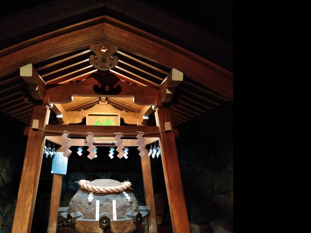 """<p>友達が体調が悪いと相談してくれました。</p> <p>いてもたってもおられず、仕事終わってから奈良県は桜井市の大神神社へ飛んでいきました。</p> <p>狭井神社の薬井戸から、ご神水を汲ませていただきました!</p> <p>万病に効くと言う薬水。</p> <p>健康に元気になってもらいたい!</p><div class=""""thumnail post_thumb""""><a href=""""""""><h3 class=""""sitetitle""""></h3><p class=""""description""""></p></a></div> ()"""