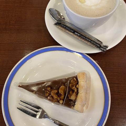 栗東駅前のアルプラザ栗東店1階で2008年から13年間営業されていたcafeおりーぶが2021年2月に閉店されます(現在、最終営業日は未定)。<br />年末年始も休まず営業されます(12/31〜1/3まで10:00-17:00)。<br /><br />毎年、初詣の後におりーぶに寄ってゆっくりするのが大好きでした。<br />日常的に利用していたので、閉店はとても残念ですが、最終日だけ出来るだけお店に行きたいと思ったいます。<br /><br /><strong>1枚目大人のクラブサンド</strong><br />サンドイッチが好きです。<br />カフェオレがカフェオレボールで飲めるのも◎。<br /><br /><strong>2枚目くるみのシャルロット</strong><br />ケーキも美味しいですよ。 ()
