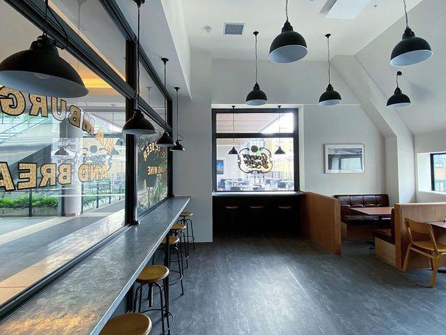 """<p>『GOLDEN BROWN FUKUOKA』</p> <p>ニューヨークの路地裏にあるカフェの様な雰囲気と</p> <p>100%ビーフパティを使用したこだわり抜いた味。</p> <p>福岡県福岡市中央区警固1-15-38カイタックスクエアガーデン3F</p> <p>https://bit.ly/3ih3R9s</p><div class=""""news_area is_type01""""><div class=""""thumnail""""><a href=""""https://bit.ly/3ih3R9s""""><div class=""""image""""><img src=""""https://scontent-hkg4-1.xx.fbcdn.net/v/t1.0-9/90776044_2388517904583715_310035456962068480_o.jpg?_nc_cat=104&_nc_sid=2d5d41&_nc_oc=AQlDLX1TOmgKZGmA4W0_v_5eOm5gqRFiMWSeHgJJjevqkTEvg1I00HO8wjTgnYMjda8&_nc_ht=scontent-hkg4-1.xx&oh=37a121fb3e4d9805f8461051d7c1bc66&oe=5F209782""""></div><div class=""""text""""><h3 class=""""sitetitle"""">GOLDEN BROWN FUKUOKA</h3><p class=""""description"""">英誌・MONOCLE が選ぶ「 世界のレストラン BEST 50 」にバーガー店で唯一選ばれる等、グルメバーガー界を牽引する「 GOLDEN BROWN 」が九州初上陸。  ニューヨークの路地裏にあるカフェの様な雰囲気と、こだわり抜いた味。他に類を見ない美味しさと好評の「 ゴールデンブラウンバーガー 」を筆頭に、100%ビーフパティを使用した20種類以上ものバーガーを揃える。 ...</p></div></a></div></div> ()"""