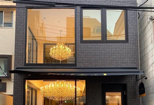 "<p>『Aux merveilleux de Fred Tokyo』</p> <p>18世紀のフランスの豪華絢爛な時代を彷彿させる店内で、目の前で作り上げる伝統菓子。</p> <p>東京都新宿区矢来町107</p> <p>https://bit.ly/2ZcARXw</p> <p>https://www.instagram.com/auxmerveilleuxdefredtokyo/</p><div class=""news_area is_type02""><div class=""thumnail""><a href=""https://bit.ly/2ZcARXw""><div class=""image""><img src=""https://lh5.googleusercontent.com/p/AF1QipMFJE1NZ0wBnFLdVY6OkuKrzPQ_Nt89MaQKwWDc=w256-h256-k-no-p""></div><div class=""text""><h3 class=""sitetitle"">Aux Merveilleux de Fred</h3><p class=""description"">★★★★★ · 洋菓子店 · 107 Yarai-cho</p></div></a></div></div> ()"