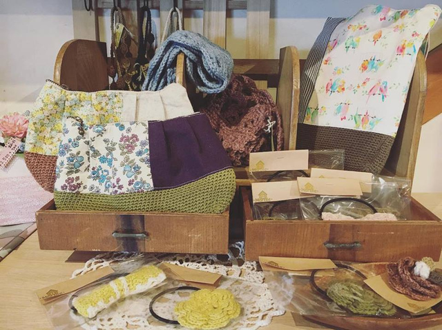 """<p>こんにちは。<br />ココチザッカです????<br /><br />Marbleさんが納品に来てくださいました????<br /><br />コットンの糸を使った作品も沢山入荷しましたよ♡<br />季節に関係なく編み物を楽しんでいただけます!<br /><br />ポーチ 800円+TAX<br />かばん 1000円+TAX<br /><br />お値段もとってもリーズナブルです????????<br /><br />是非、手に取ってご覧ください。<br /><br /><br /><br />お取り置き、郵送も可能です。<br />お問い合わせは、メールまたはお電話で受け付けております。<br /><br />本日も素敵なハンドメイド作品と共に皆様のご来店をお待ちしております。<br /><br /><br /><br /><br />◇◆◇ココチザッカ◇◆◇<br />奈良県香芝市狐井613<br />open:10:00-18:00<br />close:木曜・第三水曜<br />tel:0745-44-8275<br />mail:cocochizakka@gmail.com</p><div class=""""thumnail post_thumb""""><a href=""""""""><h3 class=""""sitetitle""""></h3><p class=""""description""""></p></a></div> ()"""