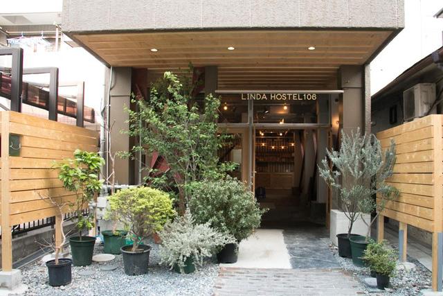 "<p>HOSTEL『LINDA HOSTEL 106』</p> <p>HOSTEL / CAFÉ & BAR / EVENT / ACTIVITY と4つの機能を持つ、</p> <p>""共につくる、完結することのない宿泊施設""</p> <p>住所:大阪市北区浮田1-1-8</p> <p>http://bit.ly/2k6o4Fs</p><div class=""news_area is_type01""><div class=""thumnail""><a href=""http://bit.ly/2k6o4Fs""><div class=""image""><img src=""https://scontent-nrt1-1.cdninstagram.com/vp/3601c5054f6ed50641e9b9ddf8b66c37/5DF4BFDD/t51.2885-15/e35/p1080x1080/61555594_123555228941555_3127762511609299837_n.jpg?_nc_ht=scontent-nrt1-1.cdninstagram.com&_nc_cat=111""></div><div class=""text""><h3 class=""sitetitle"">LINDA HOSTEL 106 on Instagram: ""Tapioca in LINDA!? . #lindagourmet . . . #lindahostel106 #osaka #osakafood #osakatravel #inosaka #iloveosaka #loveosaka #osakahostel…""</h3><p class=""description"">55 Likes, 0 Comments - LINDA HOSTEL 106 (@lindahostel106) on Instagram: ""Tapioca in LINDA!? . #lindagourmet . . . #lindahostel106 #osaka #osakafood #osakatravel #inosaka…""</p></div></a></div></div> ()"