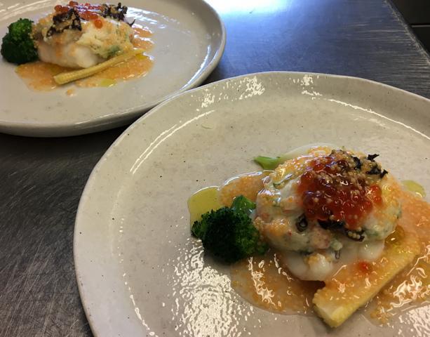 """<p>こちらは、</p> <p>ランチタイムのココチコースでお召し上がりいただける。</p> <p>メイン料理のお魚でございます。</p> <p><br />・鯛のカブラ蒸し トビコとイクラのソース</p> <p><br />食材の仕入れ状況により、料理の内容は変わります。</p> <p>予め、ご了承ください。</p> <p><br />皆様のご来店をお待ちいたしております。</p> <p>https://www.facebook.com/cocochi.kitchen/</p><div class=""""news_area is_type02""""><div class=""""thumnail""""><a href=""""https://www.facebook.com/cocochi.kitchen/""""><div class=""""image""""><img src=""""https://prtree.jp/sv_image/w300h300/vU/WT/vUWT1IkV7pPnL00u.jpg""""></div><div class=""""text""""><h3 class=""""sitetitle"""">古民家ダイニング ココチキッチン奈良狐井</h3><p class=""""description"""">古民家ダイニング ココチキッチン奈良狐井、奈良県 香芝市 - 「いいね!」2,661件 · 24人が話題にしています · 858人がチェックインしました - 奈良県香芝市の古民家ダイニング「ココチキッチン奈良狐井」です!お車でお越しの際は近鉄五位堂駅方面よりお越し下さい。【定休日木曜日・第3水曜日】</p></div></a></div></div> ()"""