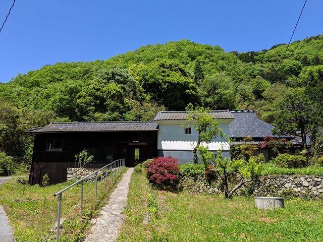 """<p>2/22オープン 現在プレオープン中</p> <p>『Komori no Tsukinoshita』</p> <p>築135年の元武家屋敷を改装した</p> <p>お宿と喫茶..</p> <p>http://bit.ly/2tXahWS</p> <div class=""""news_area is_type01""""> <div class=""""thumnail""""><a href=""""http://bit.ly/2tXahWS""""> <div class=""""image""""><img src=""""https://scontent-nrt1-1.cdninstagram.com/v/t51.2885-15/e35/83074482_223714265314889_3059596552015868625_n.jpg?_nc_ht=scontent-nrt1-1.cdninstagram.com&_nc_cat=105&_nc_ohc=TYaFby9d5OgAX-IMPbF&oh=54329ff9b40afa15960403d9260a8f2a&oe=5EC9F21C"""" /></div> <div class=""""text""""> <h3 class=""""sitetitle"""">Tsukinoshita on Instagram: """"2月22日(土)のオープニングパーティーのチラシ出来ました!ライブや出店者紹介あり!オープニングで爆竹やります(笑)????皆さんお待ちしてます! #komorinotsukinoshita #小森のツキノシタ…""""</h3> <p class=""""description"""">54 Likes, 2 Comments - Tsukinoshita (@komori_no_tsukinoshita) on Instagram: """"2月22日(土)のオープニングパーティーのチラシ出来ました!ライブや出店者紹介あり!オープニングで爆竹やります(笑)????皆さんお待ちしてます! #komorinotsukinoshita…""""</p> </div> </a></div> </div> ()"""
