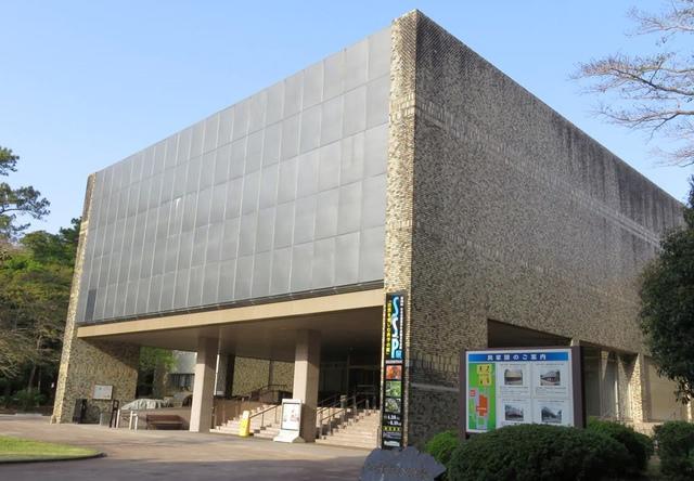 """<p>自然と歴史の大発見「宮崎県総合博物館【みやはく】」</p> <p>自然史展示室、民俗展示室、歴史展示室、</p> <p>特別展示室があり、常設展は無料で入館できる...</p> <p>http://bit.ly/2YVFdQL</p><div class=""""news_area is_type01""""><div class=""""thumnail""""><a href=""""http://bit.ly/2YVFdQL""""><div class=""""image""""><img src=""""https://scontent-nrt1-1.cdninstagram.com/vp/5e771df84fcf77aa3b9348615eb1d49d/5DDD7792/t51.2885-15/fr/e15/s1080x1080/60250472_135963824169056_7145972578175043346_n.jpg?_nc_ht=scontent-nrt1-1.cdninstagram.com""""></div><div class=""""text""""><h3 class=""""sitetitle"""">宮崎県総合博物館【みやはく】 on Instagram: """"【インスタ始めました!】 博物館の日々の風景をマイペースに投稿します。 よろしくお願いします!(学芸課HT) #みやはく #miyahaku #ティラノサウルス #ナウマンゾウ #宮崎県総合博物館""""</h3><p class=""""description"""">6 Likes, 0 Comments - 宮崎県総合博物館【みやはく】 (@miyahaku2071) on Instagram: """"【インスタ始めました!】 博物館の日々の風景をマイペースに投稿します。 よろしくお願いします!(学芸課HT) #みやはく #miyahaku #ティラノサウルス #ナウマンゾウ #宮崎県総合博物館""""</p></div></a></div></div> ()"""