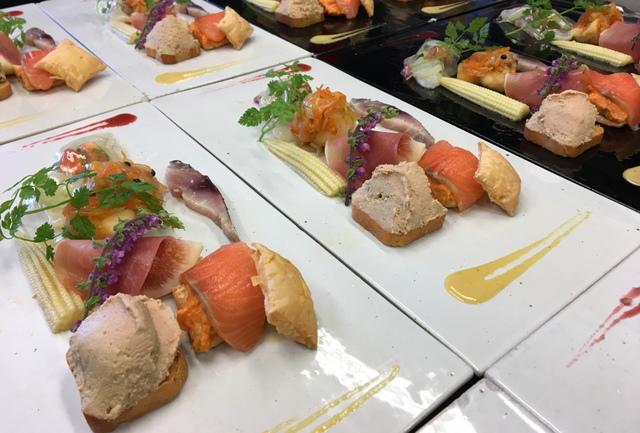 """<p>こちらは、ランチタイムでお召し上がりいただける。</p> <p>前菜でございます。</p> <p><br />・鯛のカルパッチョ</p> <p>・お魚のエスカベッシュ</p> <p>・レバーのムース</p> <p>・サーモンとパプリカムース</p> <p>・いちじくと生ハム</p> <p>・サバのビネガーマリネ</p> <p><br />お好みで、</p> <p>赤のソース(フランボワーズ)<br />黄色のソース(パプリカ)<br />をお付けになってお召し上がりください。</p> <p><br />食材の仕入れ状況により、前菜の内容は変わります。</p> <p>予め、ご了承ください。</p> <p><br />皆様のご来店をお待ちいたしております。</p> <p></p> <p>https://www.facebook.com/cocochi.kitchen/</p> <p></p><div class=""""news_area is_type02""""><div class=""""thumnail""""><a href=""""https://www.facebook.com/cocochi.kitchen/""""><div class=""""image""""><img src=""""https://scontent-nrt1-1.xx.fbcdn.net/v/t1.0-1/p200x200/12439297_1996560657236721_5835558090058288652_n.jpg?_nc_cat=109&_nc_ht=scontent-nrt1-1.xx&oh=99c1a8b4c6cee0c6fdb267cca9bc5ce0&oe=5C429E9C""""></div><div class=""""text""""><h3 class=""""sitetitle"""">古民家ダイニング ココチキッチン奈良狐井</h3><p class=""""description"""">古民家ダイニング ココチキッチン奈良狐井、奈良県 香芝市 - 「いいね!」2,650件 · 55人が話題にしています · 774人がチェックインしました - 奈良県香芝市の古民家ダイニング「ココチキッチン奈良狐井」です!お車でお越しの際は近鉄五位堂駅方面よりお越し下さい。【定休日木曜日・第3水曜日】</p></div></a></div></div> ()"""